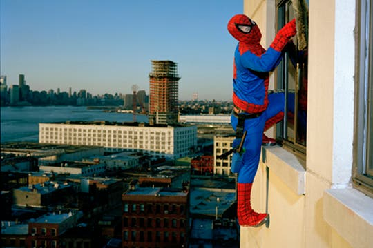 El Hombre Araña, es Bernabe Mendez, del Estado de Guerrero, trabaja como limpiador de ventanas profesional y manda 500 dolares por mes. Foto: www.dulcepinzon.com