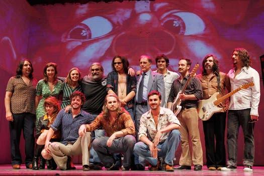 Todo el elenco y la banda, junto al director, Ariel Del Mastro. Foto: Rodrigo Néspolo