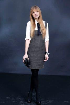 Laura Hayden, modelo y bloguera, optó por un look preppy: un vestido corto en blanco y negro junto con una camisa blanca y pañuelo a modo de corbata. Foto: Chanel Latin America