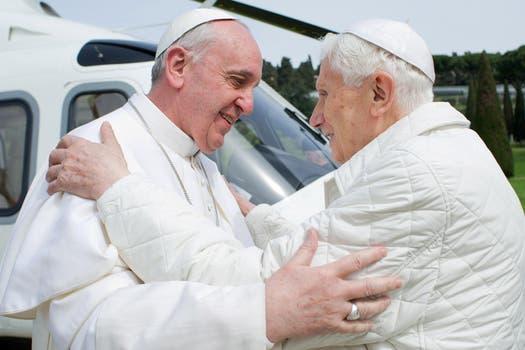 Benedicto XVI recibió a su sucesor, Francisco, en el helipuerto de los jardines de Castel Gandolfo. Foto: AP