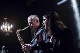 Carlos Lastra y la vocalista