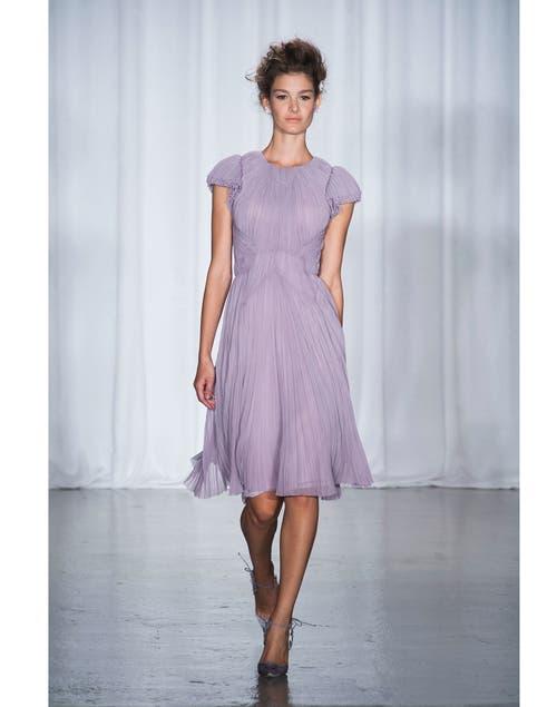Otra creación de Zac Posen, un vestido en color lila, ideal para las tardes de primavera.