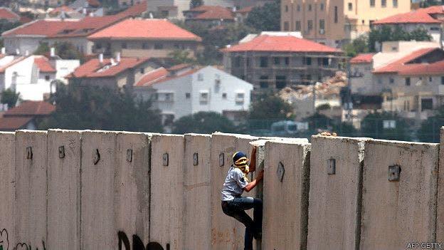 ONGs y palestinos han denunciado al muro como un mecanismo de apropiamiento ilegal de más tierras