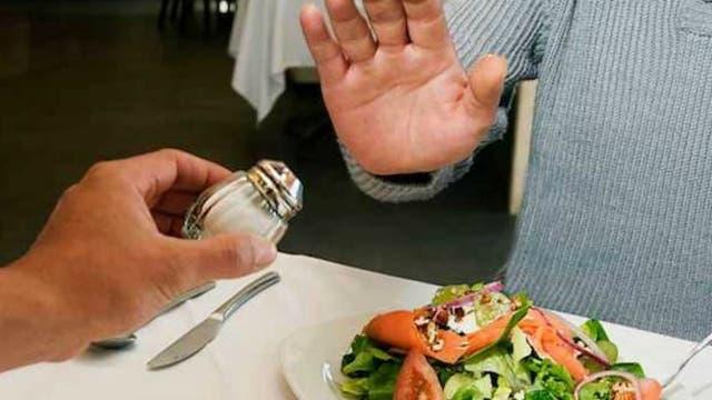 No utilizar el salero en la mesa es una opción cada vez más saludable