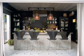 Una cocina con la intensidad del negro y el brillo de acero