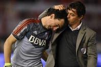 El efusivo abrazo de Barovero con el Muñeco Gallardo en su último partido