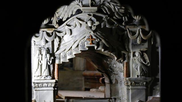 """""""El revestimiento de mármol de la tumba ha sido retirado, y nos sorprendió por la cantidad de material de relleno debajo de ella"""", dijo uno de los investigadores"""