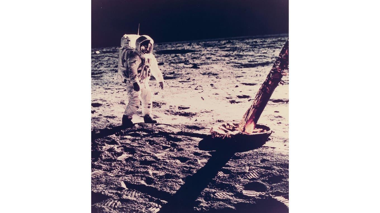 Neil Armstrong camina junto a una de las patas del módulo lunar. Foto: NASA