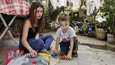 Caterine Ramírez, juega con Deian después de la escuela, en La Cava