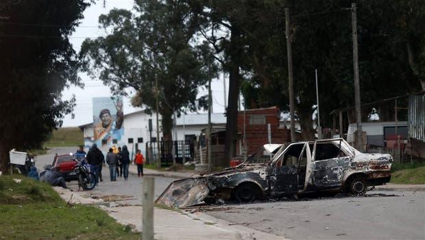 Uno de los autos incendiados