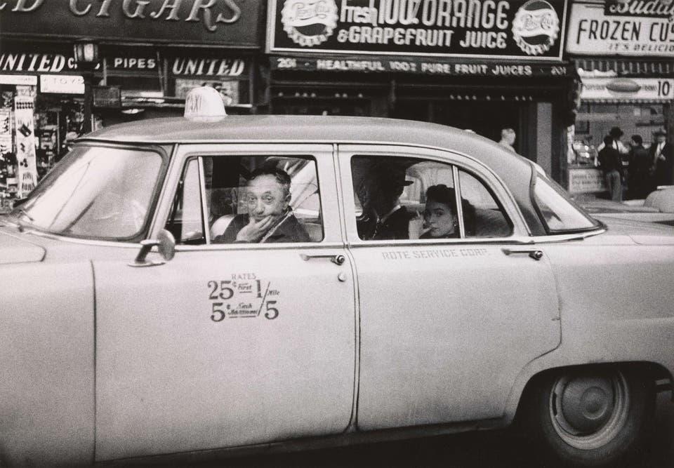 Taxista al volante con dos pasajeros, Nueva York, 1956