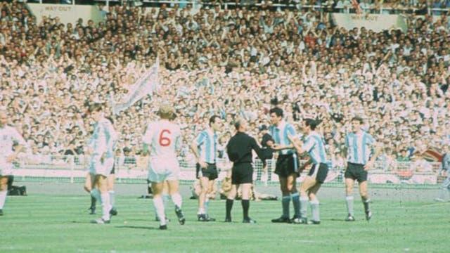 Un ejemplo clásico: en el Mundial de 1966, el capitán de Argentina, Antonio Rattin, se rehusó a abandonar el campo luego de una expulsión que consideraba injusta.