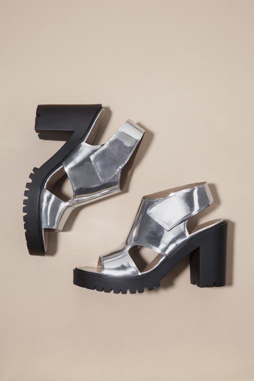 """Zapato Neil, Aldana Besana (Paruolo) """"Reúne dos de las tendencias más importantes de la temporada: cut-out y metalizado."""". Foto: Lucas Kirby"""