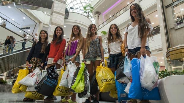 Un grupo de argentinas de compras en Santiago de Chile