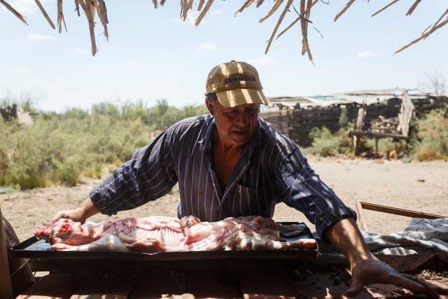 Rulo Gonzalez, prepara un chivo para darle de comer a la gente afectada al combate de las llamas. Lo hizo por solidaridad y en agradecimiento a que estén protegiendo su casa y animales