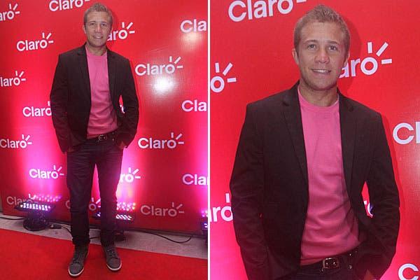 Nico Riera eligió jeans, remera rosa y zapatillas para ir al evento de Claro. El toque más formal, en el saco negro: ¿Qué opinás?. Foto: gentileza Muchnik