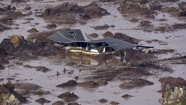 Un poblado en Minas Gerais quedó cubierto de lodo tóxico por la rotura de dos diques con residuos mineros. Foto: AFP