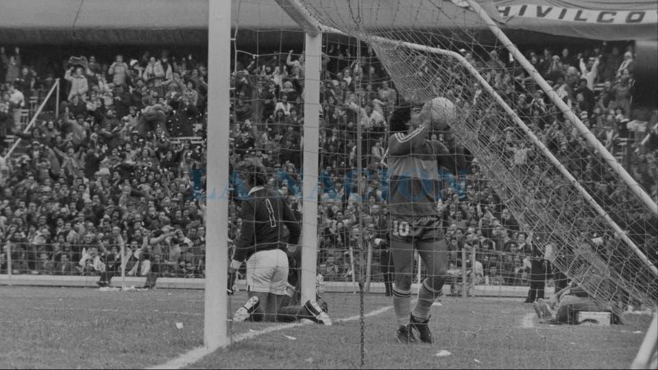 21-6-1981: amor eterno en la Bombonera, en un 4-0 ante San Lorenzo; el Flaco Cousillas sufrió al mejor Maradona, que metió uno de tiro libre y dio una asistencia.. Foto: LA NACION