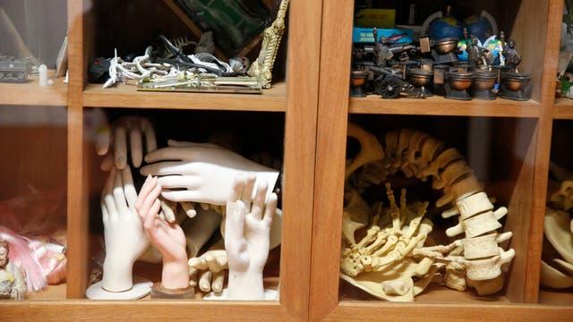 Anna, nieta de Ferrari, ordenó los múltiples objetos que el artista usaba en su proceso creativo