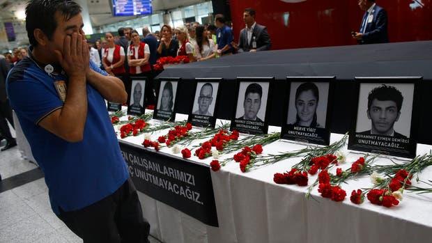 En el aeropuerto Atatürk, en Estambul, amigos y familiares lloraron a las víctimas