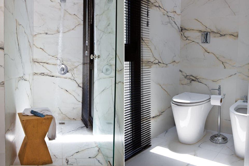 A un lado, el sector de ducha con grifería 'City' de FV, y al otro, sanitarios 'Marina' de Ferrum (todo de Blaisten).  /Santiago Ciuffo