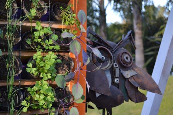 Junto al jardín vertical del espacio de la Municipalidad de Pilar, una lechuza hecha por Juancho del Papa, en hierro y chatarra. Foto: Soledad Avaca Cuenca