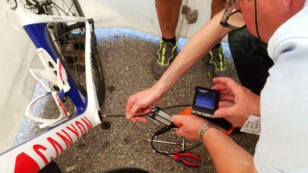 Sorprendieron a un ciclista compitiendo con un motor oculto