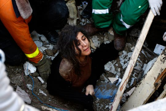 Una mujer es rescatada entre los escombros de su casa. Foto: AP