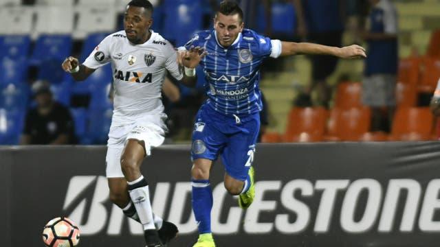 Robinho y Ángel González luchan por el balón