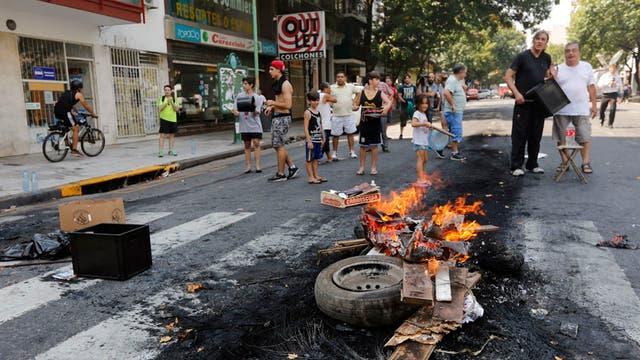 Protesta de vecinos de la Ciudad por cortes de luz