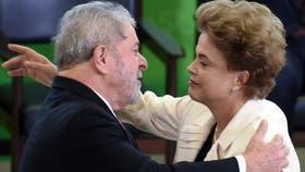 Dilma saluda a Lula en su asunción