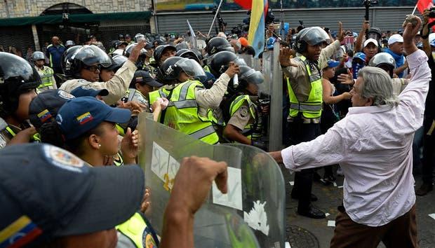 Un manifestante se enfrenta a la Guardia Nacional Bolivariana
