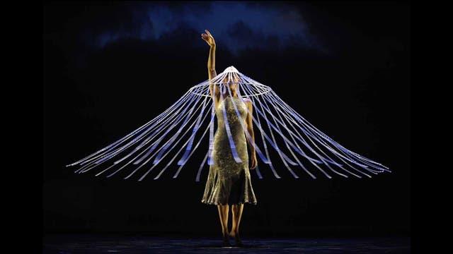 """Una bailarina de la compañía Momix interpereta una escena de """"Botanica"""" antes de la salida a escena, en el Joyce Theater en NY"""
