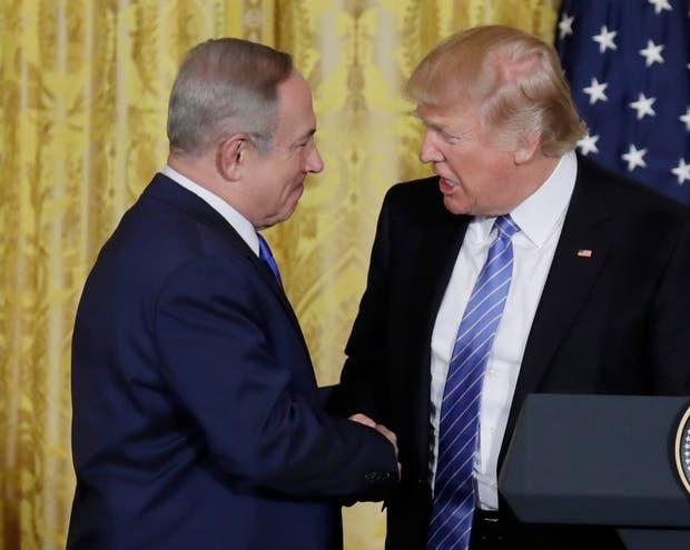 El saludo entre Netanyahu y Trump, ayer, en la Casa Blanca