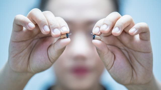 Algunos estudiantes intentan usar auriculares inalámbricos para recibir ayuda al dar el Gaokao