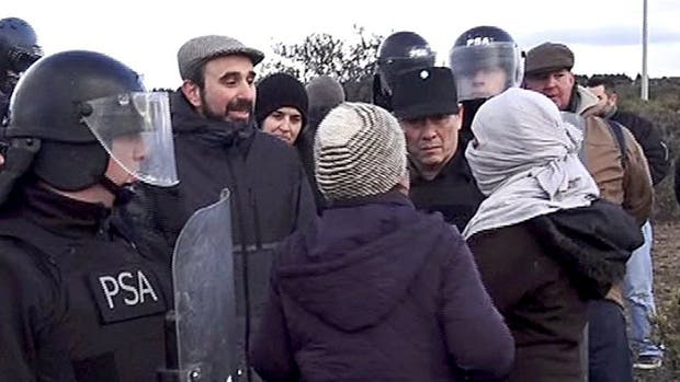 El juez Otranto con manifestantes, en el operativo del 16 de agosto en el predio mapuche