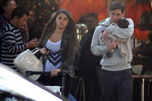 El crack argentino, junto con su esposa Antonella y su hijo Thiago. Foto: Revista Lecturas