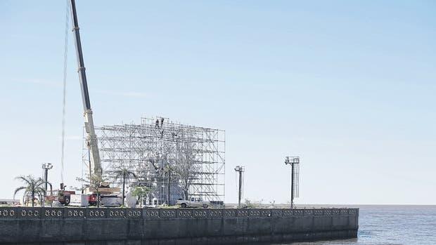 En la punta del espigón Puerto Argentino se ve la estructura tubular que rodea el monumento a Cristóbal Colón