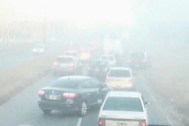 La autopista La Plata cerrada al tránsito por la intensa niebla