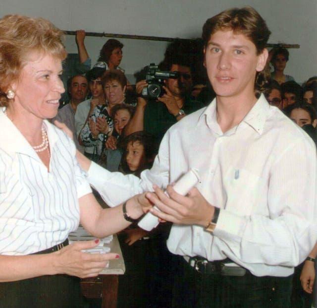 Alejandro Viedma, al recibir el diploma de final de secundario