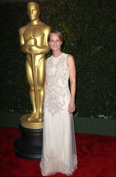 Helen Hunt lució un elegante vestido beige con incrustaciones en pedrería de Amen Couture. Foto: AFP
