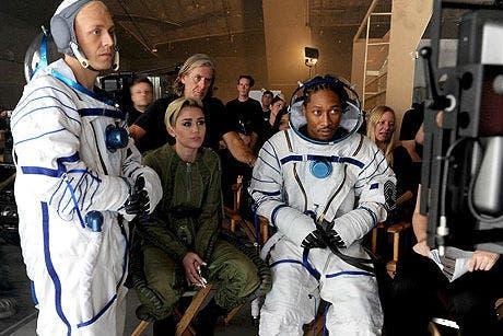 Miley mira cómo quedó una escena