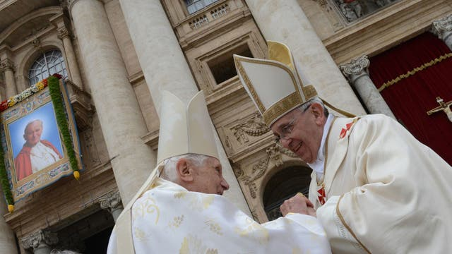 Francisco y Benedicto XVI durante la canonización de Juan Pablo II.