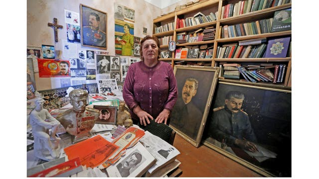 Nazi Stefanishvili, economista jubilada de 73 años, junto a sus recuerdos de Stalin