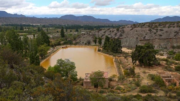 Represa Las Gredas que actúa como sedimentador de ocre y que es parte del sistema de riego de Famatina, Alto Carrizal. Foto: LA NACION / Diego Lima / Enviado Especial
