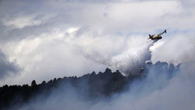 Un avión hidrante tira agua sobre el fuego en Mirabeau, Francia