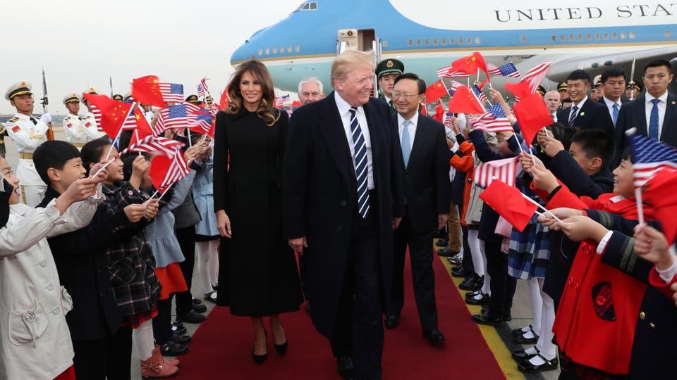 El presidente estadounidense, Donald Trump, y su esposa Melania son recibidos por un grupo de niños al llegar a Pekín. Foto: Pang Xinglei/Xinhua via ZUMA Wire
