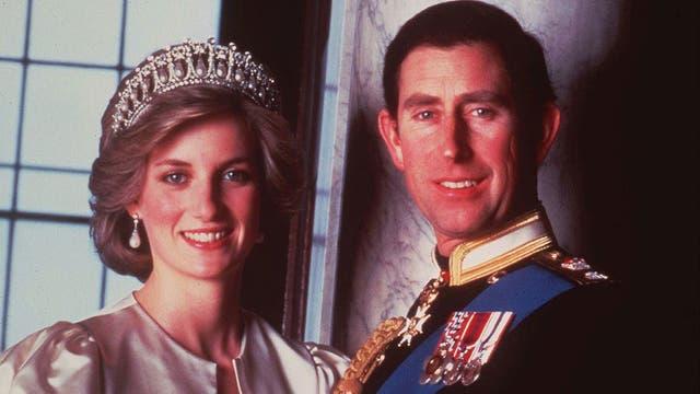 En una foto oficial junto a Lady Di en 1985
