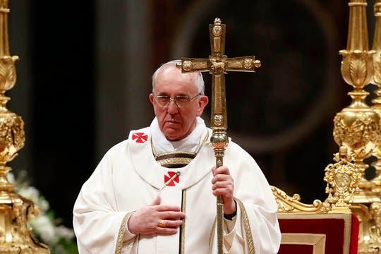 El Papa encabezó la vigilia pascual en el Vaticano; una de las ceremonias más simbólicas de la Semana Santa. Foto: Reuters