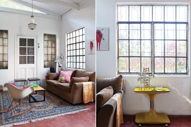 El living-comedor mantiene sus ventanales de vidrio repartido originales. Sobre la mesa amarilla retro, un candelabro (circa 1960) del alemán Caesar Stoffi que es un clásico de culto..